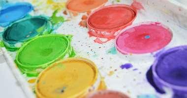 Färglåda med runda kakor av vattenfärger