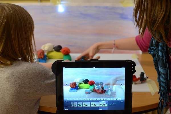 Barn filmar lera med en Ipad.