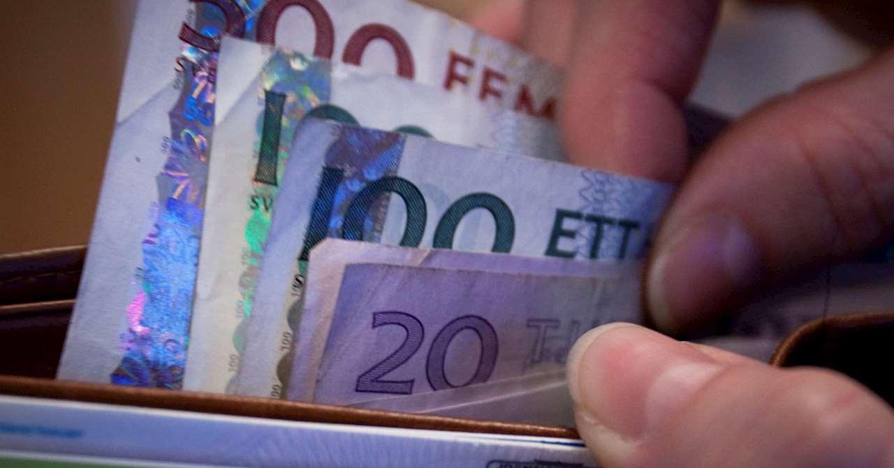 Händer som bläddrar bland sedlar i en plånbok
