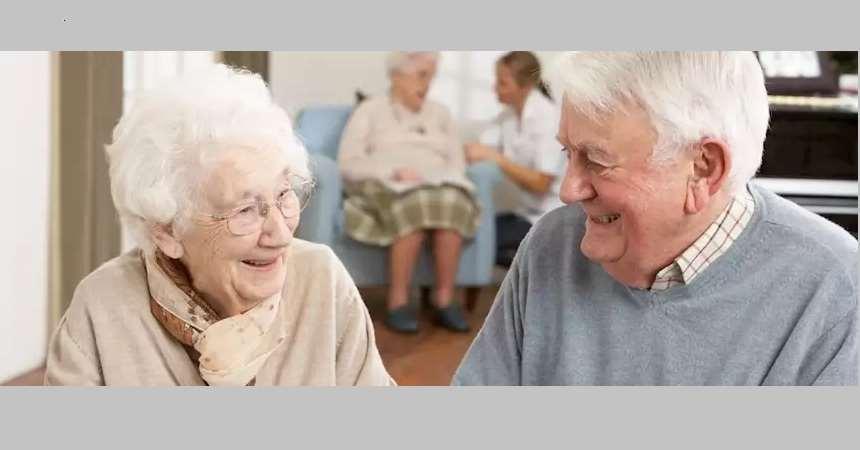 Äldre vithårig dam samtalar ivrigt med äldre vithårig man